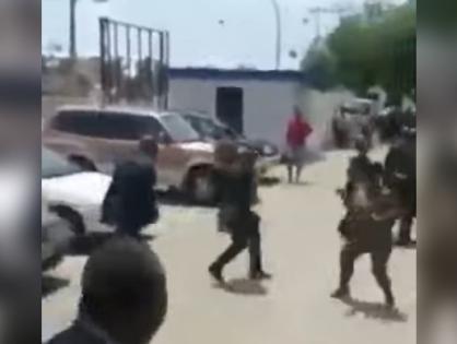 В сеть распространилось видео, где президент Гвинеи избивает министра труда на улице