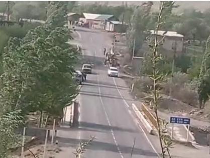 Таджикская сторона продолжает стягивать военную технику к границе, у села Кок-Таш военные обстреливают проезжающий транспорт, - Погранслужба КР